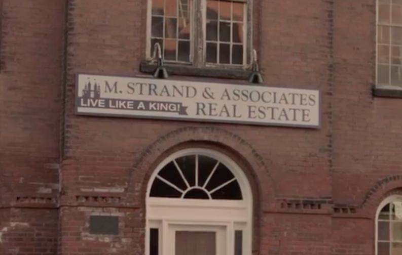 Ты имеешь в виду как у Стивена Кинга? Молли продает дома с жуткими воротами в виде паутины.